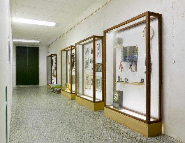 Nogle af montrene i projektets bud på et lokalmuseum med objekter hentet fra beboernes liv og historie. (Foto: Anders Sune Berg)