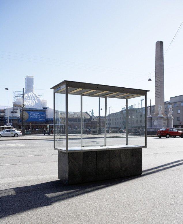 Jacob Fabricius var direktør for det eksperimenterende KBH Kunsthal, som i 2005-2006 arrangerede en række udstillinger i glasmontrer i det offentlige rum. Pressefoto.
