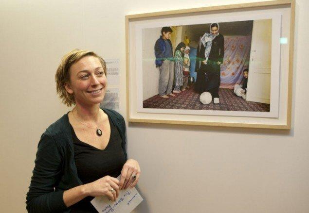 Prisvinderen Karijn Kakebeeke foran et af sine værker under Paris Photo 2009 Foto: Emmanuel Nguyen Ngoc