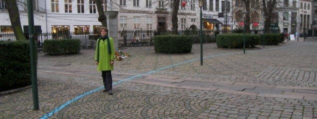 Stefanie Zoche ved en lille del af den 3 km lange blå linje. (Foto: Solveig Lindeskov Andersen)