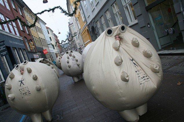 Parade af The Yes Mens Survivaballls, der ifølge dem selv kan rede planetens befolkning fra enhver katastrofe. (HQ/Pressefoto)