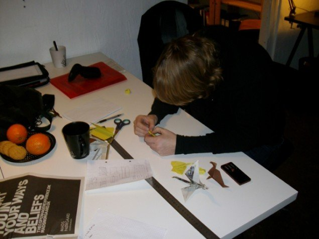 Undervisning i origami. Foto: Line Møller Lauritsen