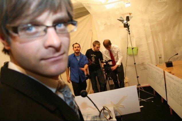 The Yes Men igang med deres iscenesatte pressemøde. (Pressefoto: The Yes Men)