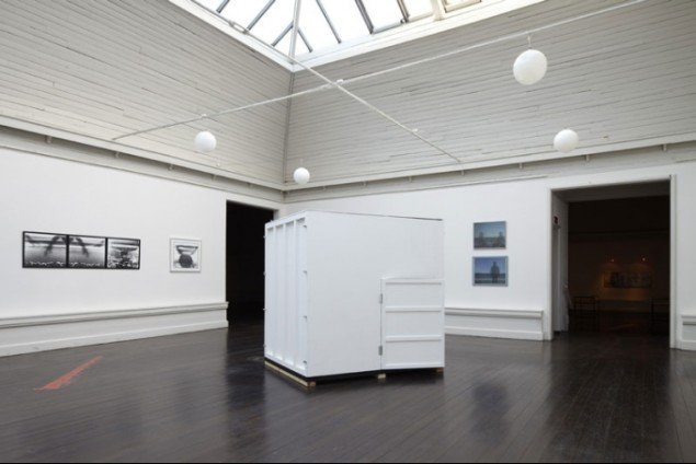 Installationsview fra Den Frie Udstillingsbygning. Arkes hulkamera (Camera Obscura). (foto: Anders Sune Berg)