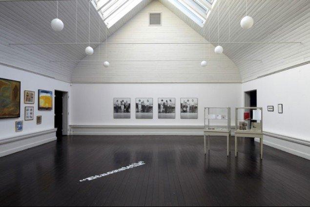Installationsview fra Den Frie Udstillingsbygning. Temaafsnit om 'Etnoæstetik'. (foto: Anders Sune Berg)