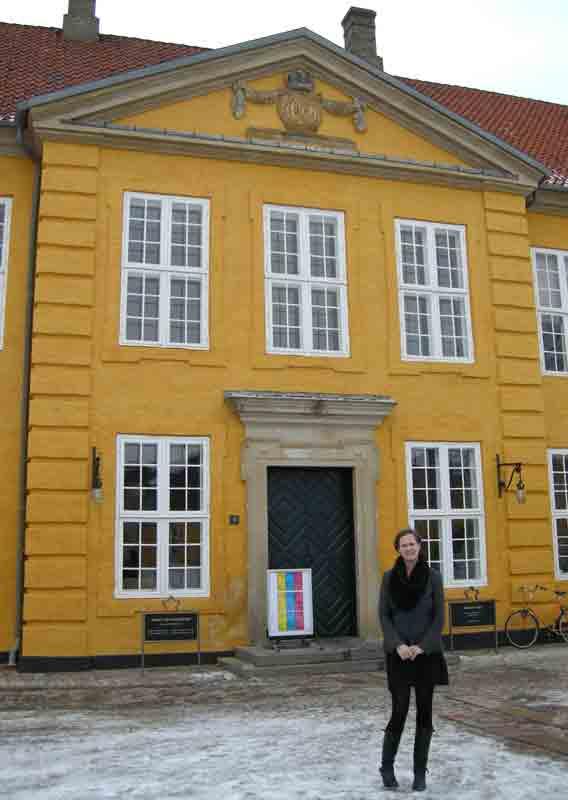 Sanne Kofod Olsen foran Det Kongelige Palæ fra 1743, der huser Museet for Samtidskunst. Foto: Mette Villum Jensen.
