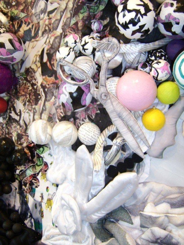 Helle Mardahls baggrund som avantgarde modedesigner præger de skræddersyede værker. Helle Mardahl, The Bouquet, 2009. Foto: Lærke Aarup