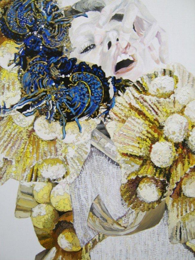 Grimasser, der delvist forsvinder bag pomponer og slør. Helle Mardahl, The Soft and the Painful, 2009. Foto: Lærke Aarup