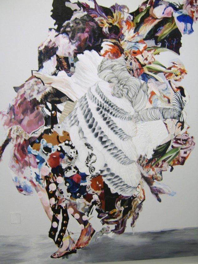 Menneskelegemet er skjult i formidabel farveforvirring. I et sammenstød med sig selv og det omgivende hvide. Helle Mardahl, The Loaded Swan,  2009. Foto: Lærke Aarup