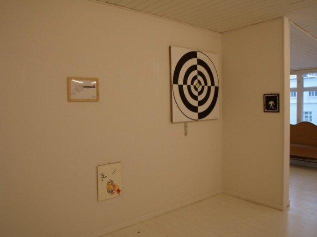 Udstillingsview. Til højre ses Dorte Laustens maleri Deadman, 2008. Foto: Bente Jensen