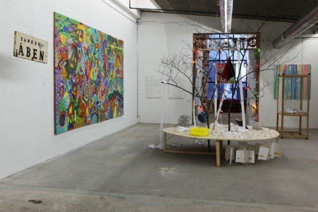 Fra venstre: Tanken er åben, Hyldest til Kropotkin, installation og Hulahop hulahop. Foto: Niels Fabæk.