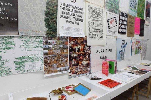 Bogobjekter og kunstplakater. Foto: Niels Fabæk.