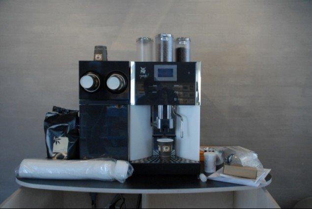 Kaffemaskinen, der skal levere gratis kaffe til gæsterne. Dagen før det går løs. Foto: Ole Bak Jakobsen
