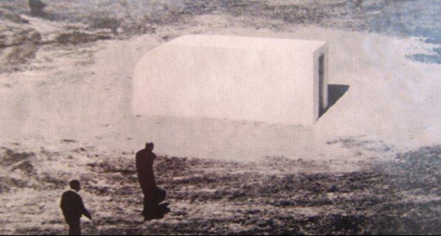 Agnieszka Polska, fra serien Objects, 2008. Fotokollagerne er baseret på fundne fotografier fra 1950-1960 érne. Kunstneren har indsat forskellige objekter, som kunne være kunstneriske ´mesterværker´. Foto: Lærke Aarup.