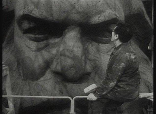 Lev Kerbels under arbejdet med Marx-monumentet. Fra Deimantas Narkevicius The Head, 2007.