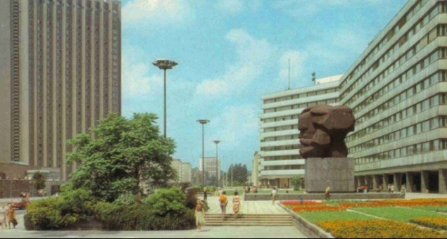 Og for autenticitetens skyld: Marx-monumentet i Karl-Marx-Stadt fra postkort anno 1985.
