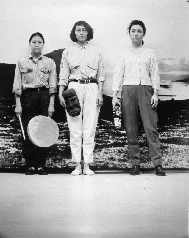 Pia Arke var en af de kunstnere der aktivt udfordrede ideen om en national identitet. De tre Gratier (front), 1993.
