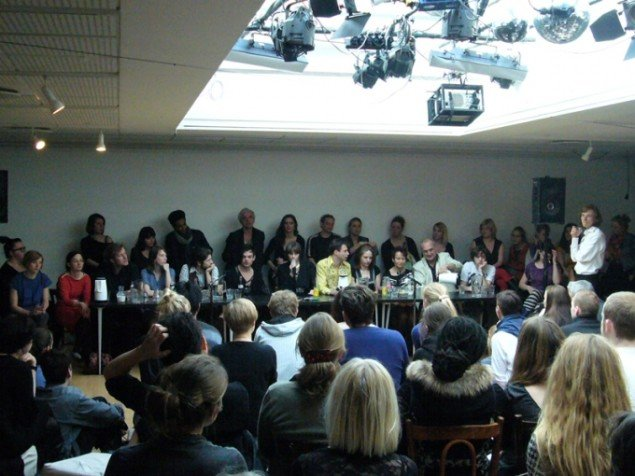 SIGNA mødte publikum i samtale om hændelserne i de forgangne uger. (Foto: Matthias Hvass Borello)