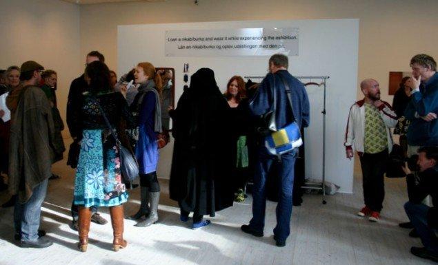 Se Påskeudstillingen med Burka-briller! Foto: Kristian Handberg