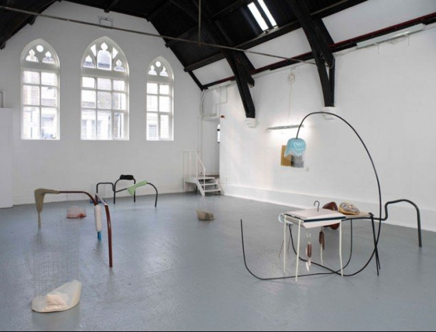 Studio Voltaire, Nairy Baghramian, Pubic Region, 2009Mixed media installation, London. Foto: Andy Keate