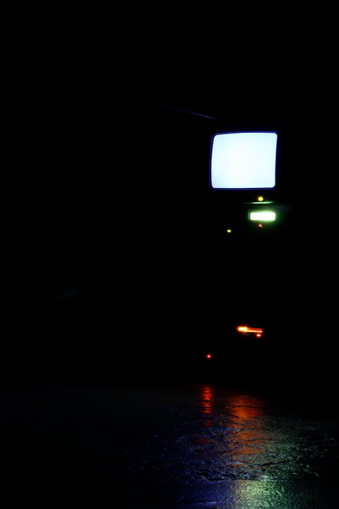 Det nærmeste, man kommer på et billede af lyden, er et musikanlæg med lysende dioder og et fjernsyn med blank skærm. Foto: Kim Sandra Rask.