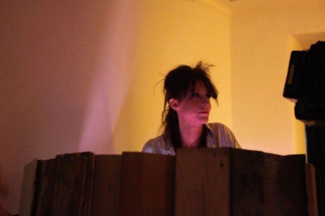 Nin Brudermann styrer som en anden dj slagets gang under showet. (Pressefoto / ME Contemporary)