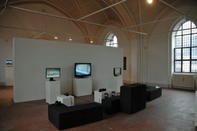 På tre skærme præsenteres udsnit af udstillingens mange videoer. Foto: Mette Hess Larsen