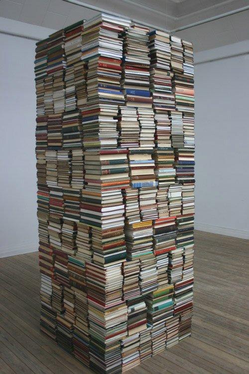 Mening og system eller total entropi? Bogtårn af biblioteksbøger fra Kristian Poulsens værk. Foto: Kristian Handberg.