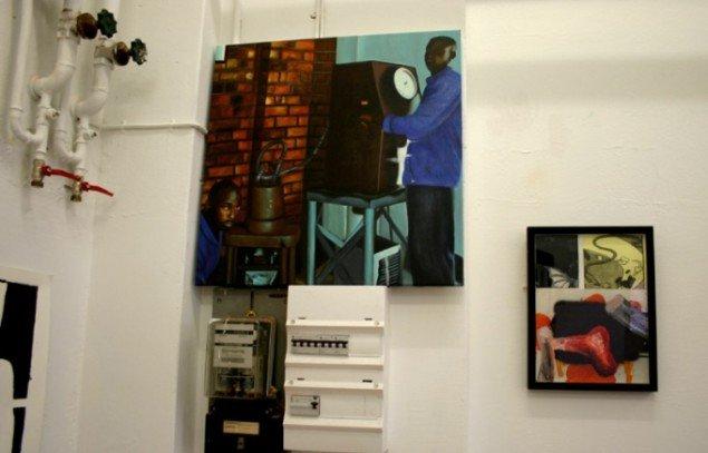 Effektfuld ophængning af det mystiske 'bagside-maleri' i industrielt interiør. Foto: Kristian Handberg.