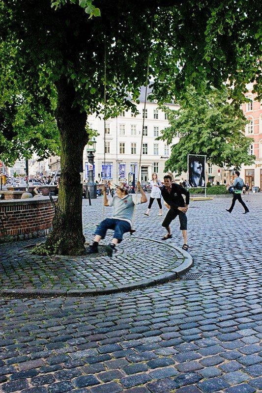 Swings for the Public. Gynger i det københavnske gademiljø af Bureau Detours. Foto:  Tue Bondo