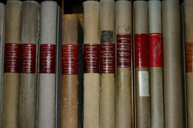 Tidligere blev værkerne katalogiseret i små bøger. Nu er det ikke kun bøgerne der er blevet digitaliseret - det er også blevet muligt at besøge museets samling virtuelt.