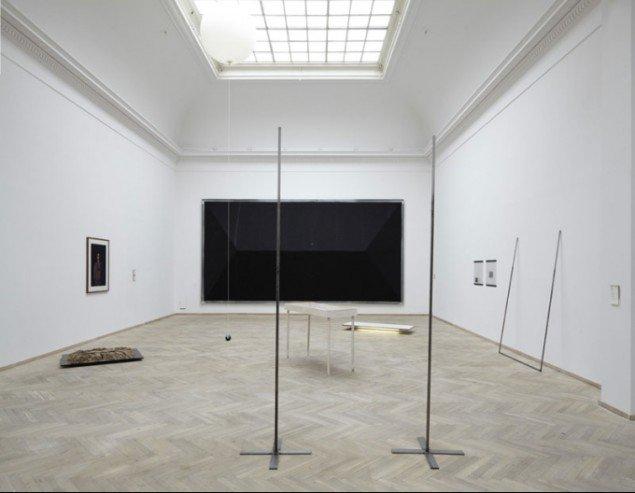 Gulvet er taget konsekvent i brug på årets afgangsudstilling i Kunsthal Charlottenborg. Installationsview (Foto: Anders Sune Berg)