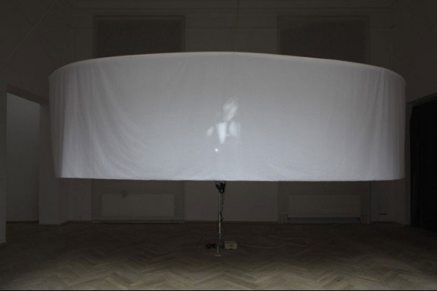 Adam Olssons roterende musik-videprojektion We Make Sense, 2010 (Foto: Anders Sune Berg)