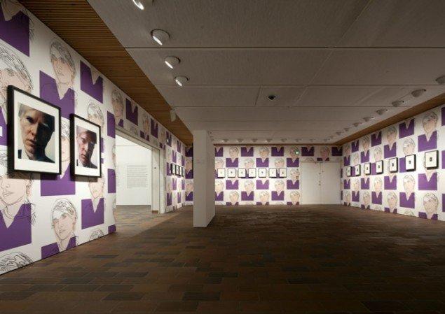 Installationsview, Warhol After Munch, Warhols selvportrættering udfoldet i fotos og kunstnerens eget tapet. (Foto: Louisiana/Brøndum & co.)