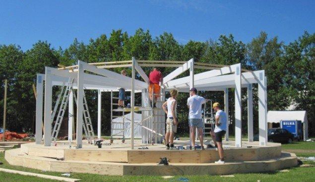 AVPD's pavillon Pose/Expose under konstruktion. (Foto: Mette Villum Jensen)