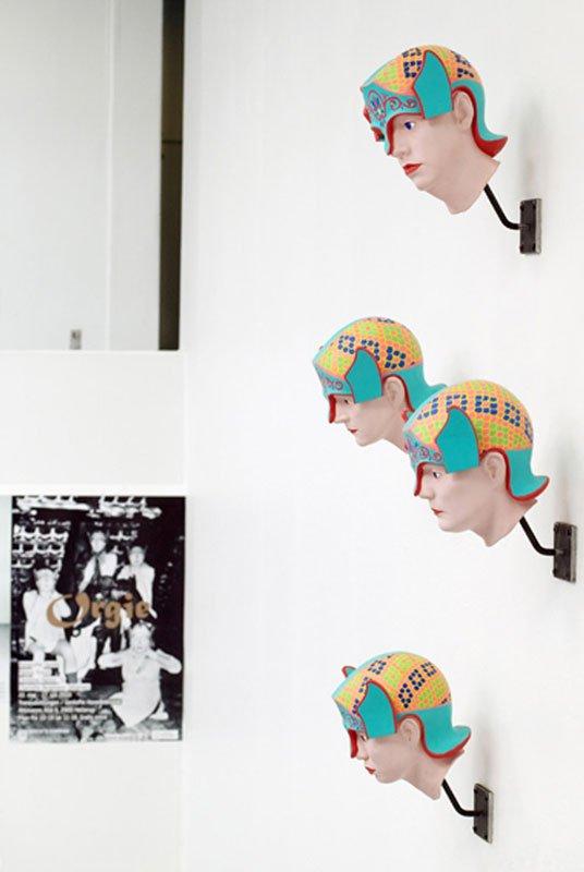 Kunstnernes gibsportrætter med krigerhjelme hænger h¢jt og holder ¢je med orgiet... (fotograf Louise Kontala)