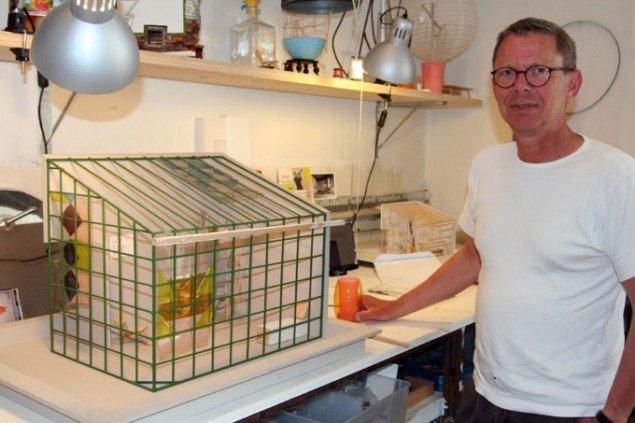 Jørgen Carlo Larsen med model af orangeri i sit værksted på Fabrikken for Kunst og Design. Foto: Marie Norman Nyeng