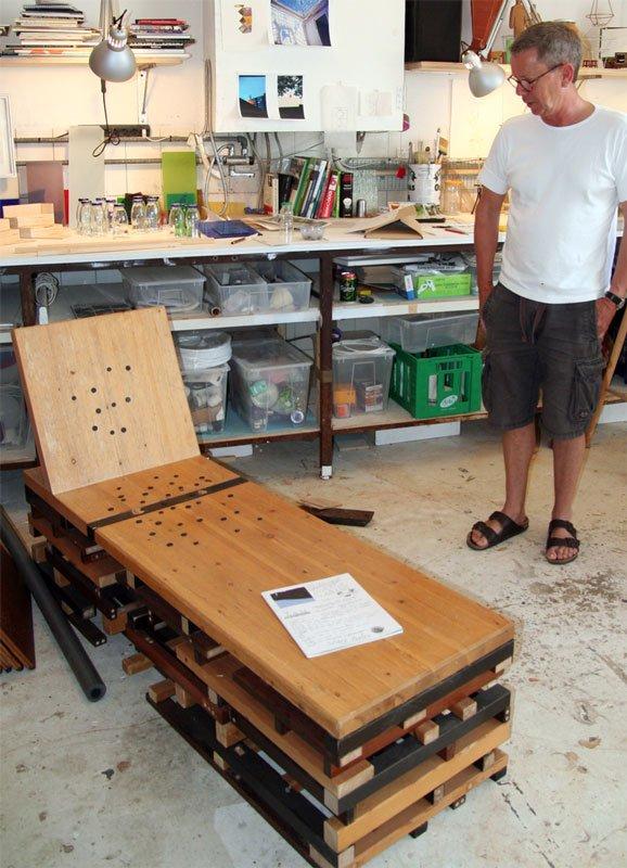 Jørgen Carlo Larsen viser den chaiselong frem, der er en del af det projekt, han arbejder på. Foto: Marie Norman Nyeng