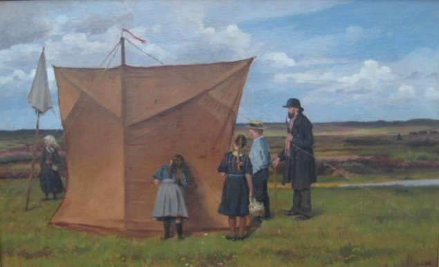 Hans Smidth Nysgerrige ved malerteltet, 1910. Foto: Rasmus Humlum