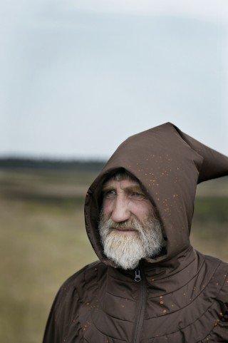 Fotografen er her gået tæt på en jysk vandringsmand. På nært hold afslører kutten sine moderne materialer og syninger. Foto: Jeppe Gudmundsen-Holmgreen
