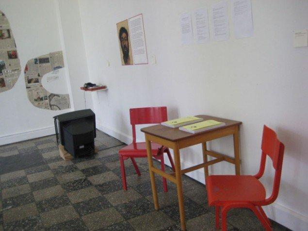 Installationsview med læsepladser og kompendier. (Foto: Pernille Rom Bruun)