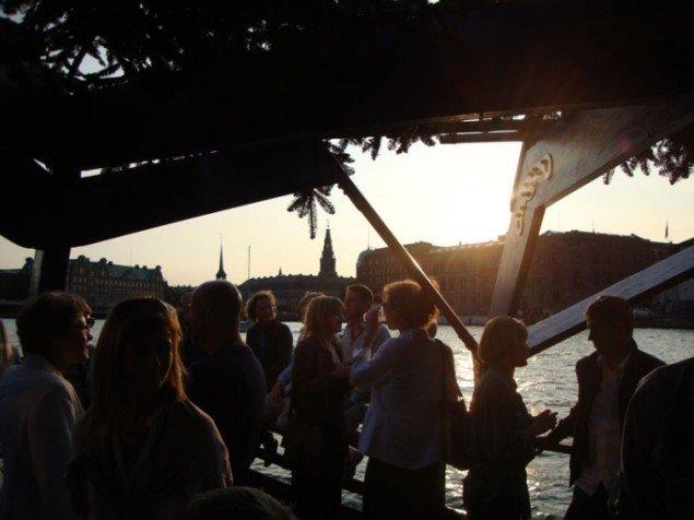 Gæsterne på Osloo hænger ud i aftensolen (Foto: Mille Højerslev Nielsen)