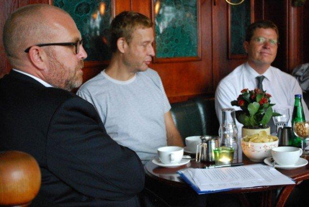 Fra venstre: Beskæftigelses- og integrationsborgmester Klaus Bondam, Michael Elmgreen og Københavns Politidirektør, Johan Reimann. (Pressefoto)