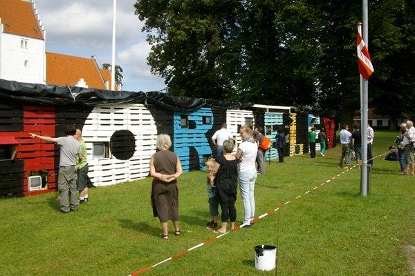 Kunstnergruppen Wooloo har i fællesskab med Horbelevs indbyggere rejst skulpturen New Life Horbelev. Skulpturen består af indbyggernes tv'er og andet doneret materiale. (Foto: Line Møller Lauritsen)