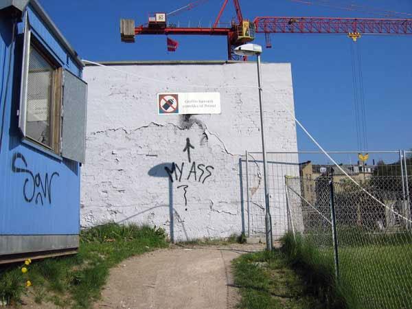 Nørrestenbros graffitimur nu med hul og meget snart helt væk. Foto: Anne Dyhr.