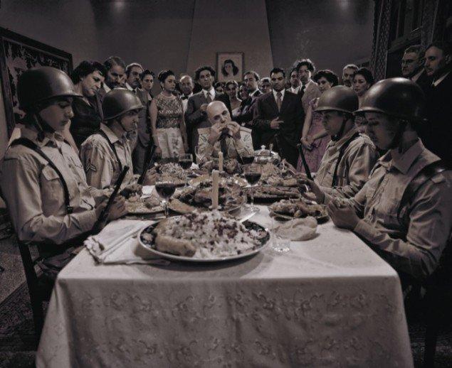 Still fra Shirin Neshats film Kvinder uden Mænd, som foregår under statskuppet i 1953.