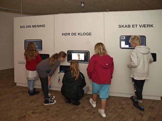 VANDvæggen med sine tre skærme: Sig din mening, Hør de kloge og Skab et værk. Den står opstillet på Skovgaard Museet, Randers Kunstmuseum, Horsens Kunstmuseum og Museum Jorn. Foto: Lars Bay