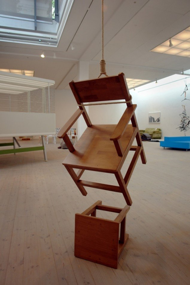 Philippe Ramette, Le suicide des objets: Le fauteuil, installation 2001, collection FRAC, foto: Jens Møller Sørensen