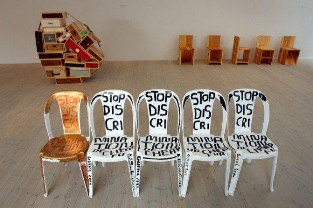 Martí Guixé, Skip furniture. Statement chair: Stop discrimination of cheap furniture!, 2004, collection FRAC, foto: Jens Møller Sørensen
