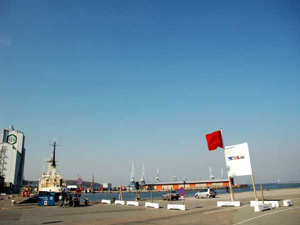 Vinden slider i entreprenørvirksomheden NuDansk.Dk's flag, her set på havnen og i fri leg med Dannebrog ved Musikhuset.